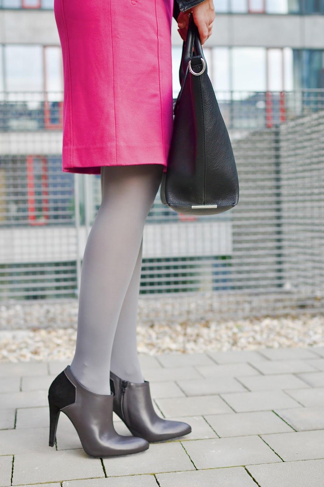 5 vecí, ktoré si neobliecť do zamestnania_Katharine-fashion is beautiful_Ružová pencil sukňa_Sivé pančuchy_Katarína Jakubčová_Fashion blogger