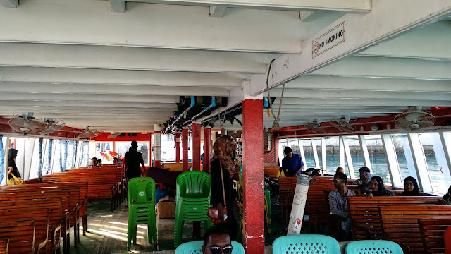 Interior de un Ferry Público en Las Maldivas