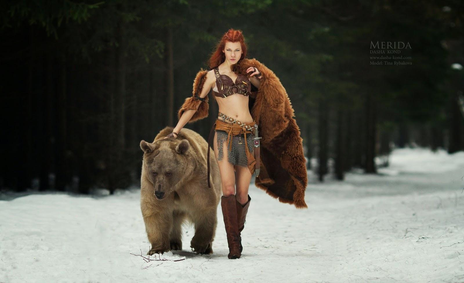 femme en costume de merida avec un ours par Dasha Kond