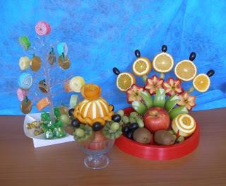 букет из конфет и фруктов
