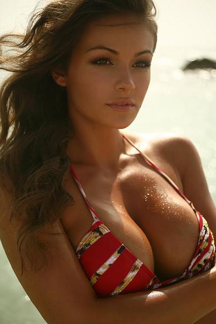 Загорелая красотка с большой грудью в купальнике