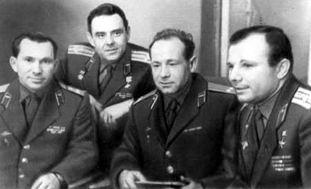 Alexei Leonov, el hombre que dio el primer paseo espacial  Gagarin+leonov