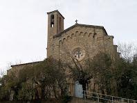La façana oriental de l'església de Sant Jaume del Pont de Cabrianes  amb un gran rosetó i un fris d'arcuacions cegues d'estil llombard
