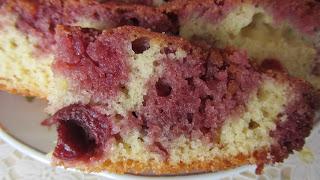 кусочек кекса с вишней