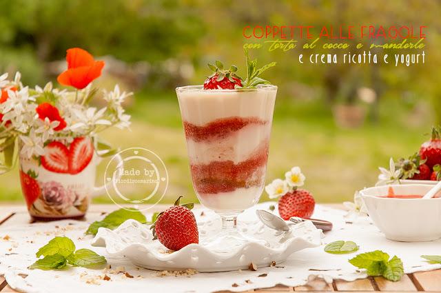 coppetta alle fragole  con torta cocco e mandorle e crema ricotta e yogurt