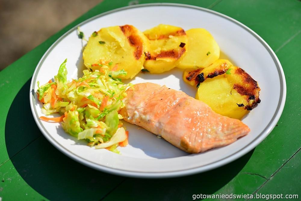 Łosoś z grilla podany z pieczonymi ziemniakami