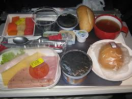 bandeja de comida sin gluten de un avión, menú para celiacos de compañía aérea