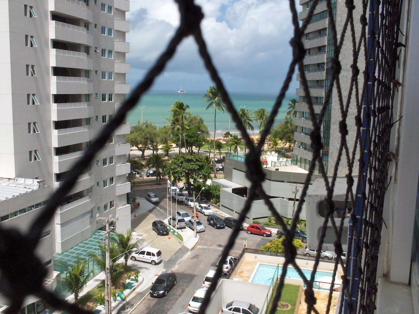 #456986 gente consegue limpar por fora um pequeno pedaço da janela. 812 Limpar Vidros Janelas