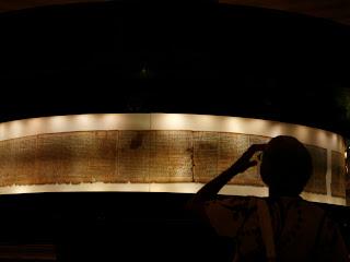 http://2.bp.blogspot.com/-XJ3FkrBLTis/ToQ92H03viI/AAAAAAAAFsI/gj60Galpxio/s320/124784_manuskrip-kuno-di-museum-israel.jpg