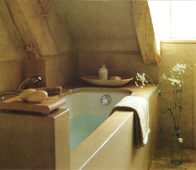 Tucked away tub, Côté Ouest Fev-Mar 2001, edited by lb for linenandlavender.net