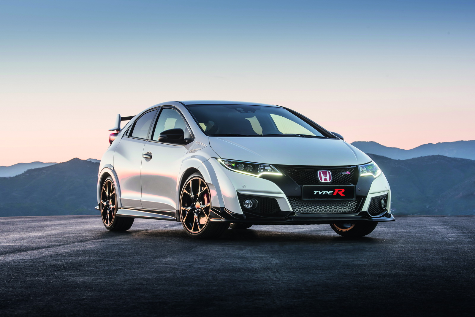 first drive honda s 306hp civic type r claims the hot. Black Bedroom Furniture Sets. Home Design Ideas