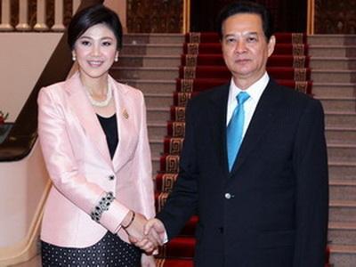 Thủ tướng Nguyễn Tấn Dũng bắt tay Thủ tướng Thái Lan Yingluck Shinawatra trước cuộc hội đàm. (Ảnh : Đức Tám/TTXVN)