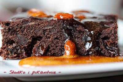 Słodko pikantne brownie z karmelową polewą z owocami goji