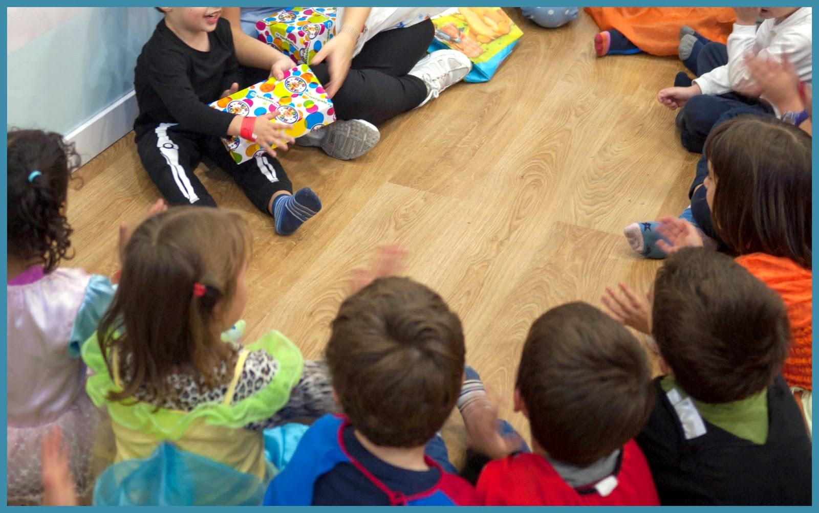 Bruno abriendo sus regalos de cumpleaños con los invitados en Little Kingdom
