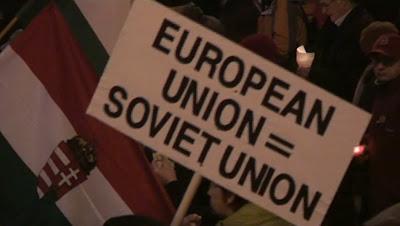 Budapest: cartaz em passeta defendendo a Constituição