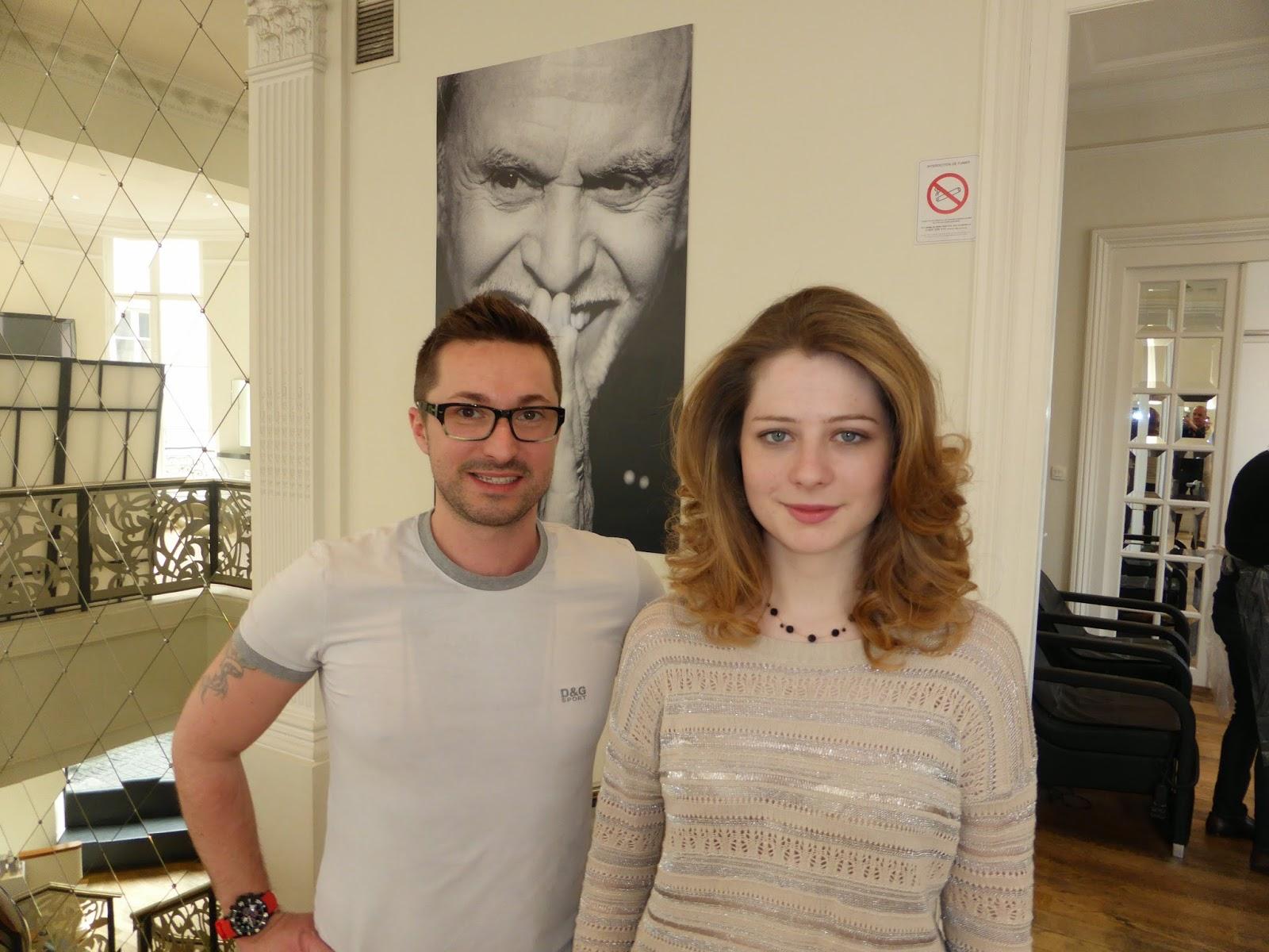 """Eddy, coiffeur du Studio 54 à Montpellier, posant au côté de son modèle à l'issue du coiffage réalisé lors de la formation """"l'Excellence du Coiffage"""" de l'Académie Alexandre de Paris."""
