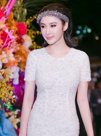 Angela Phương Trinh chọn tông cam chủ đạo, tán má, mắt và son môi. Cách tạo lớp nền trong suốt kiểu Hàn Quốc giúp người đẹp khoe làn da mịn.