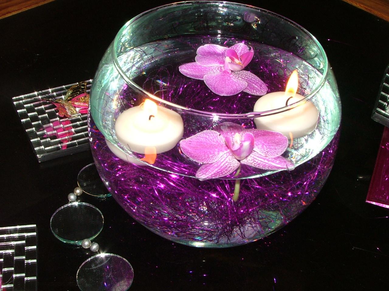 pecera con orchideas y velas flotantes
