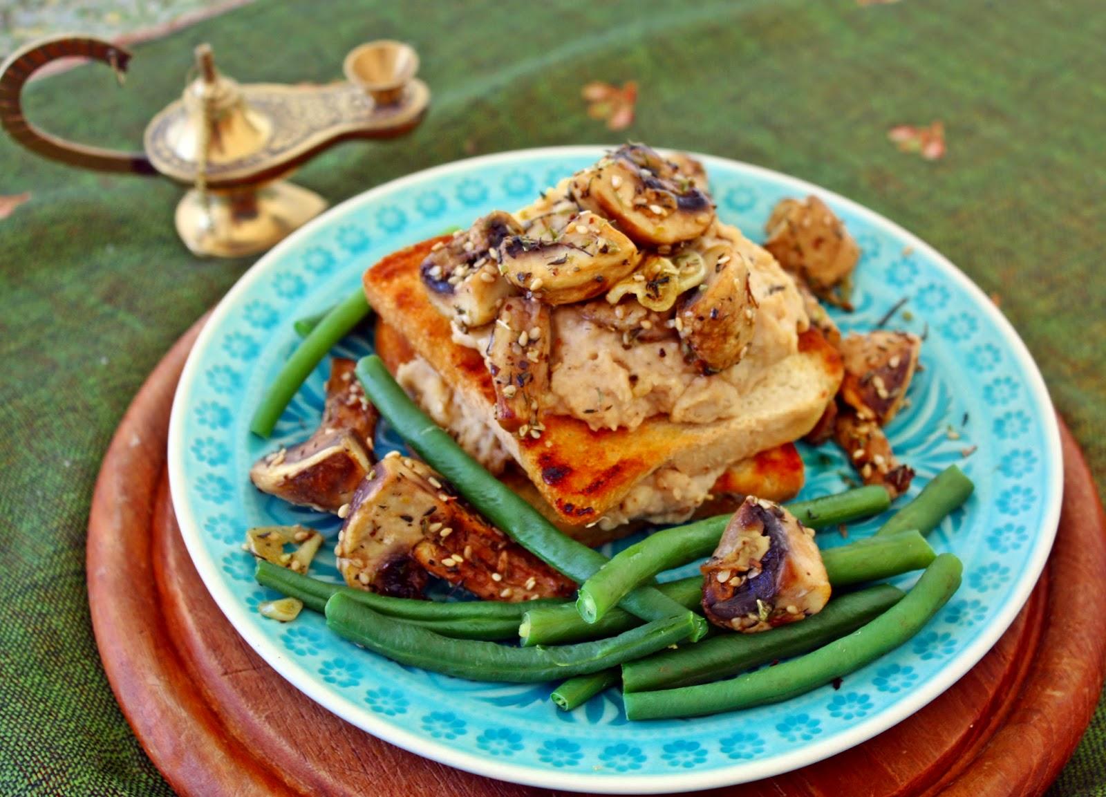 Hummus aus Cannellinibohnen und za´atar Pilze auf Toast
