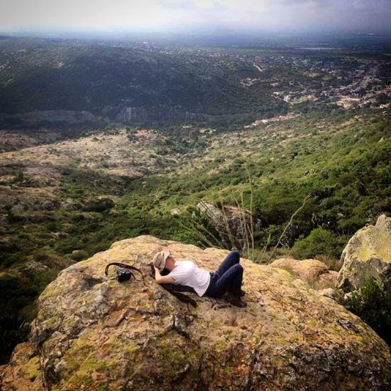 Una vez en la cima nos tendemos en las piedras para llenarnos de energía observando a la peña