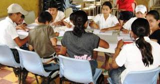 Niños en grupo haciendo tareas