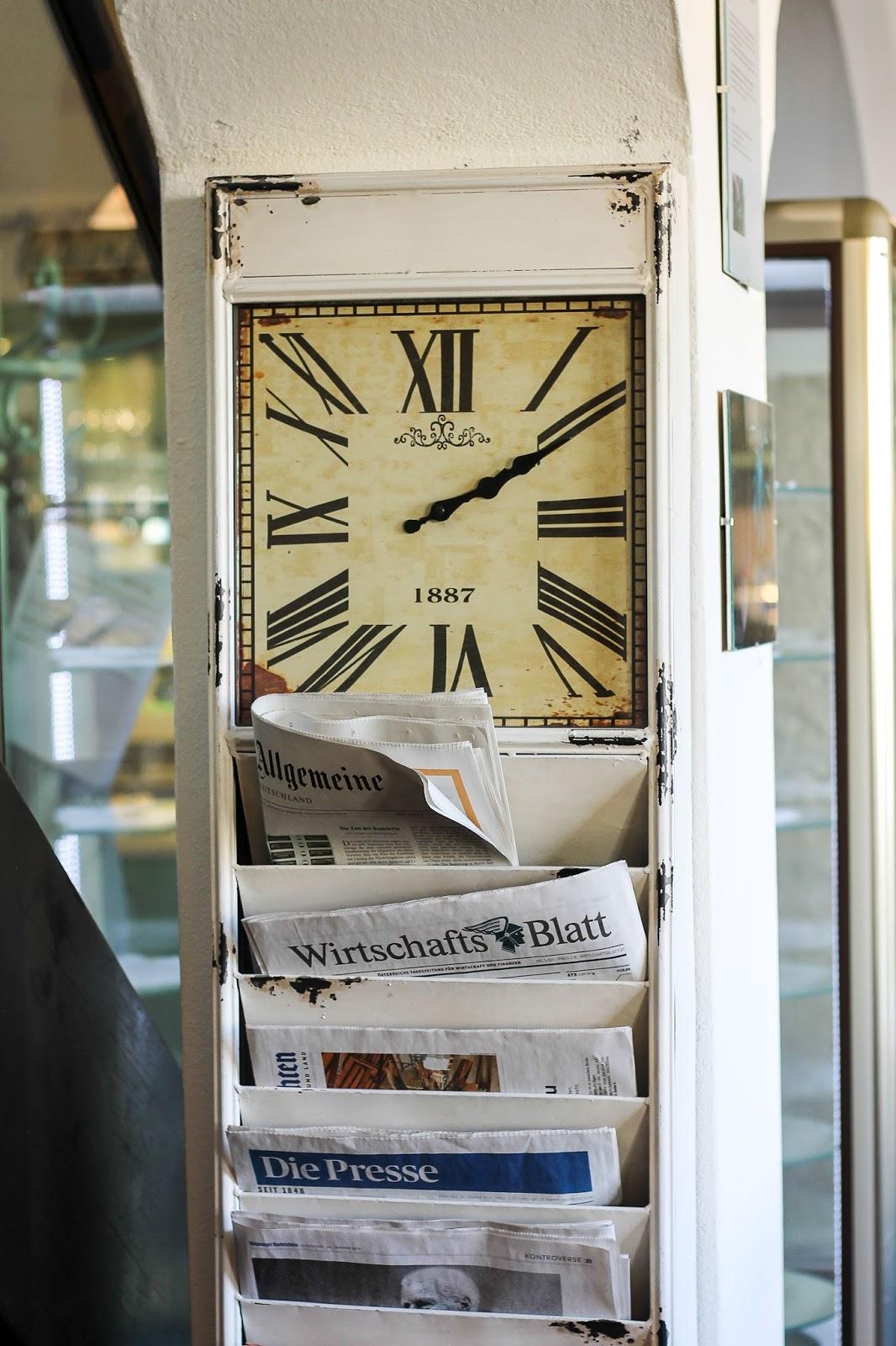 Zeitungsständer mit Uhr
