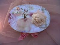 petite boîte avec roses en papier
