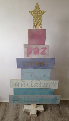 Árbol de Navidad hecho con tablones de madera y pintado con chalkpaint en spray
