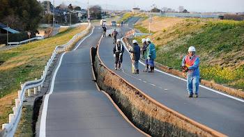 impresionante imagen de una carretera partida en dos y en dos niveles diferentes