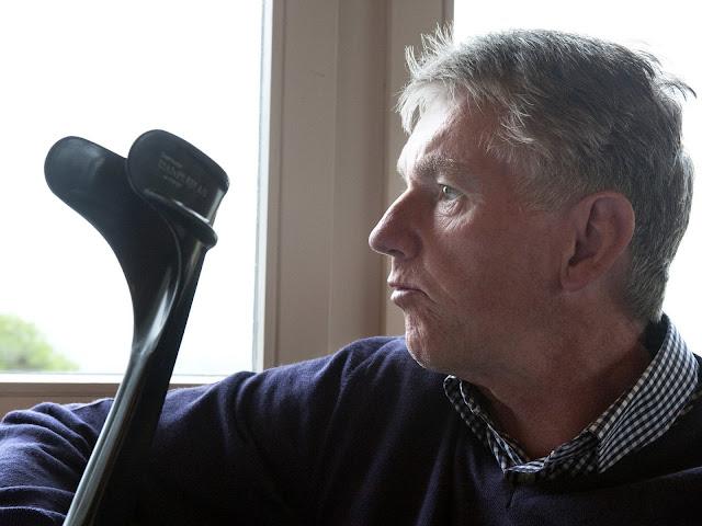 Kjeld Rasmussen ved et vindue