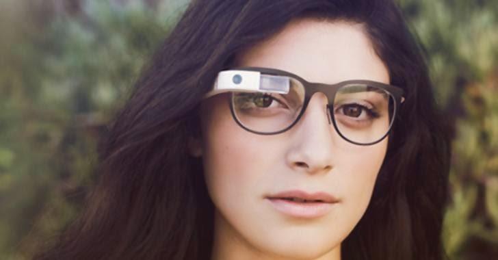 wanita memakai kaca mata google glass
