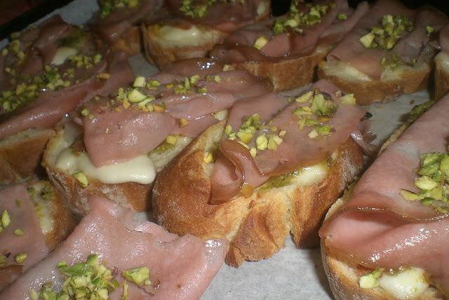 bruschette mortadella e pistacchio