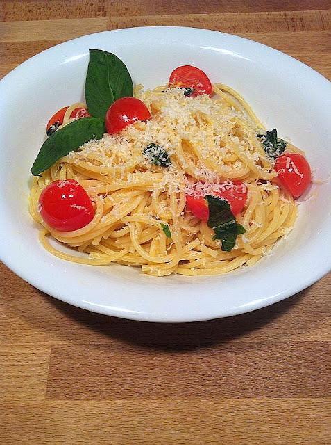 Espaguetis con tomates cherry y albahaca