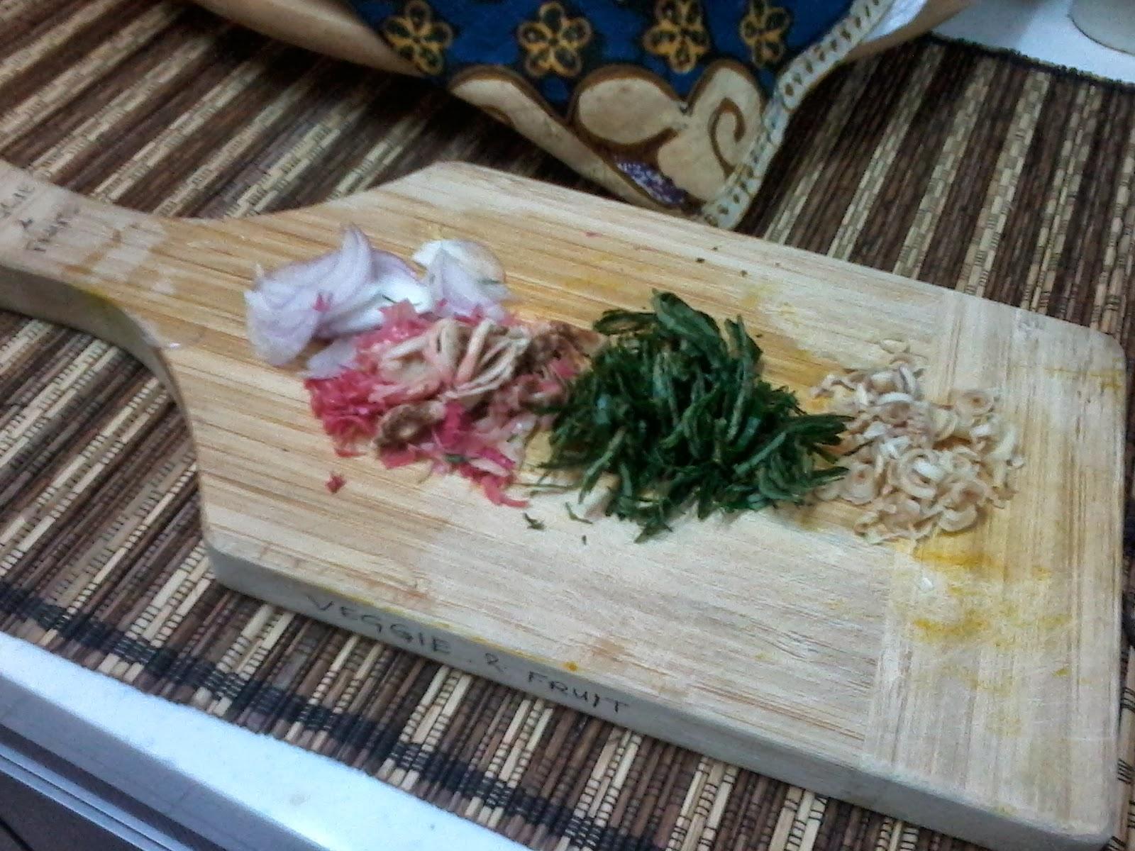 Shallots,  Bunga Kantan, Daun Kaduk & Serai Also Cut A Wedge Out Of The Lime And  Store The