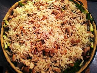La pizza végétarienne avant cuisson (les légumes sont crus)