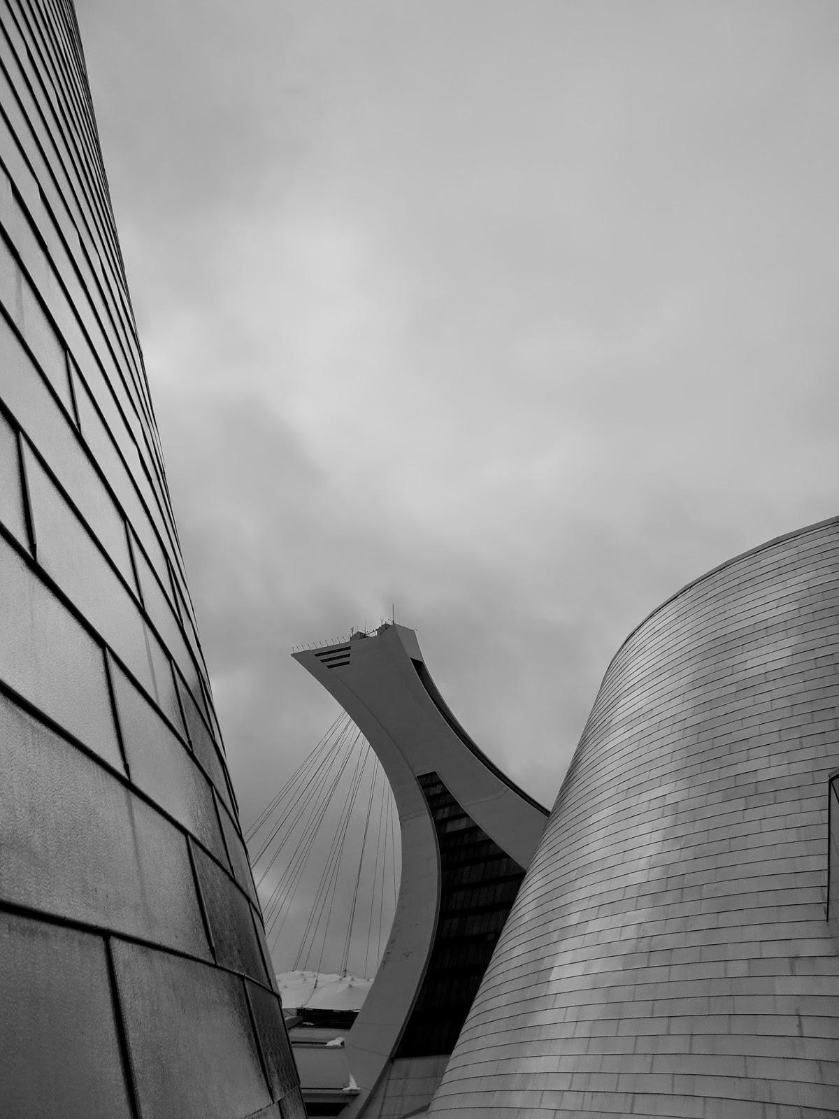 Tour du stade olympique de Montréal en noir et blanc