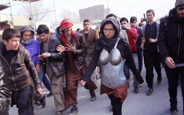 Wanita ini pakai baju besi bagi mengelak jadi mangsa gangguan seksual