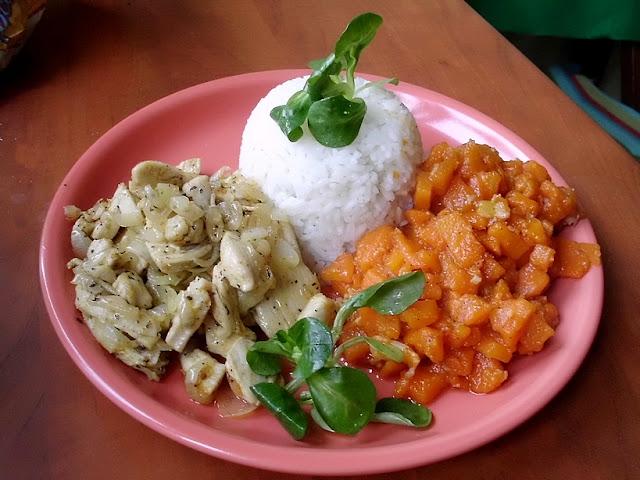 Marchewka duszona z ryżem i piersią kurczaka, tanie jedzenie, co zjeśc na obiad?