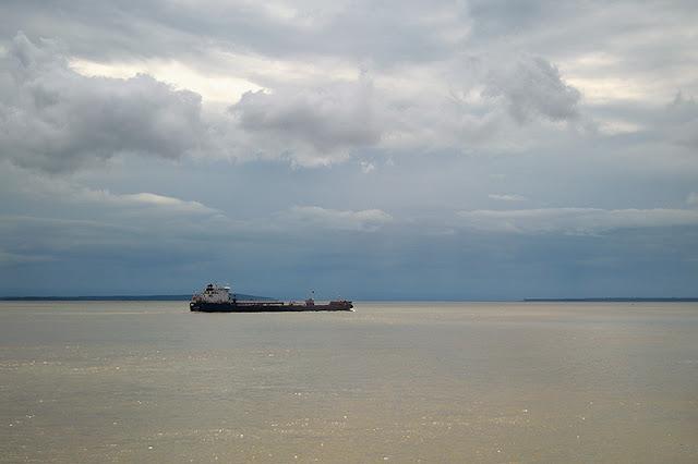 Navire sur le fleuve Saint-Laurent par temps orageux
