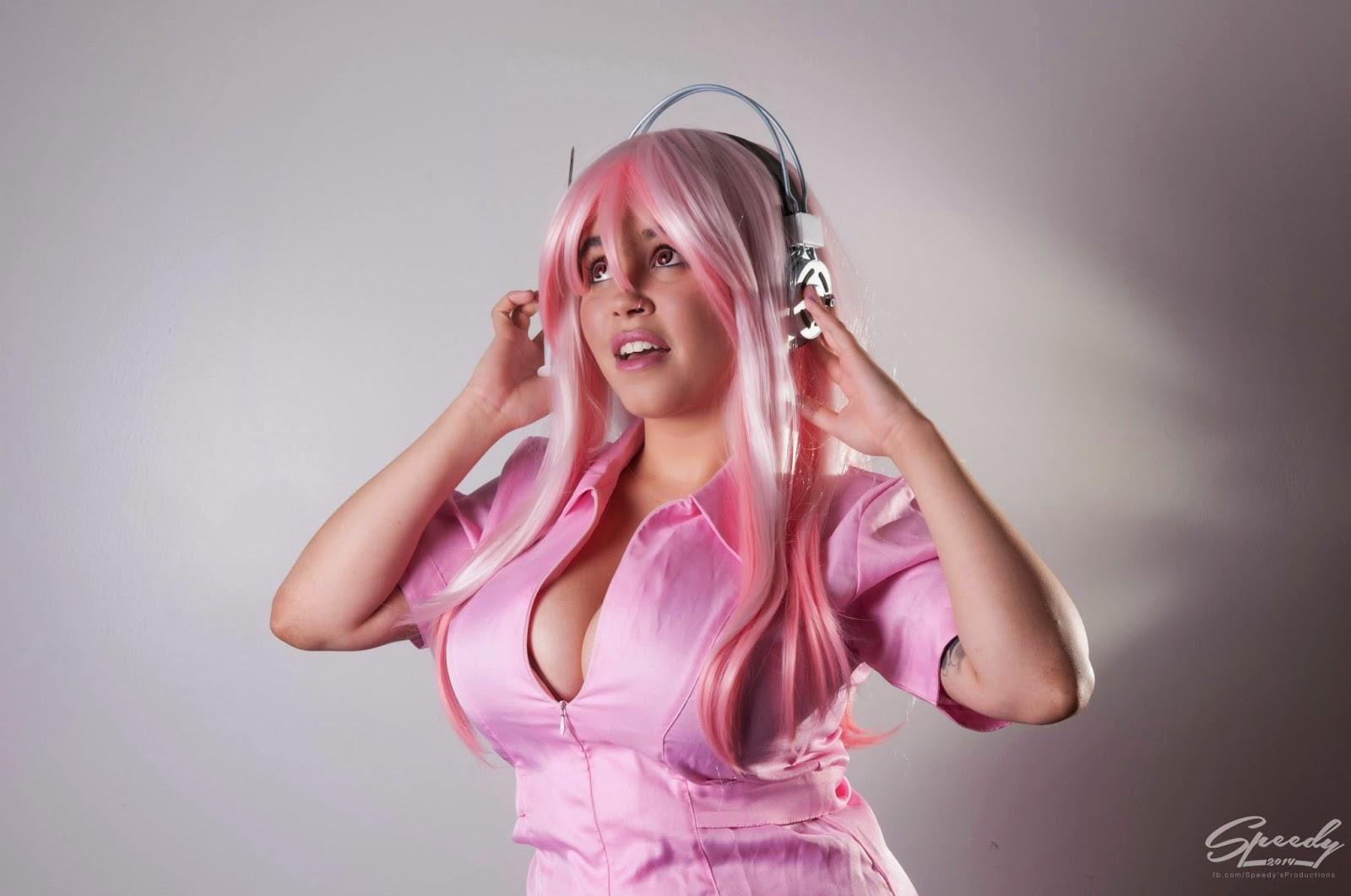 photo d'Envyus Deviant en uniforme de cuir rose d'infirmière en portrait