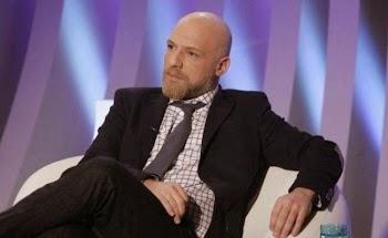 Νίκος Μουτσινάς: Γλυκοκοιτάζει τον Alpha και πετάει τα;καρφιά του στον ANT1