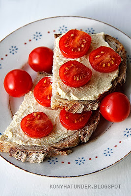 hummus_bread_with_tomato