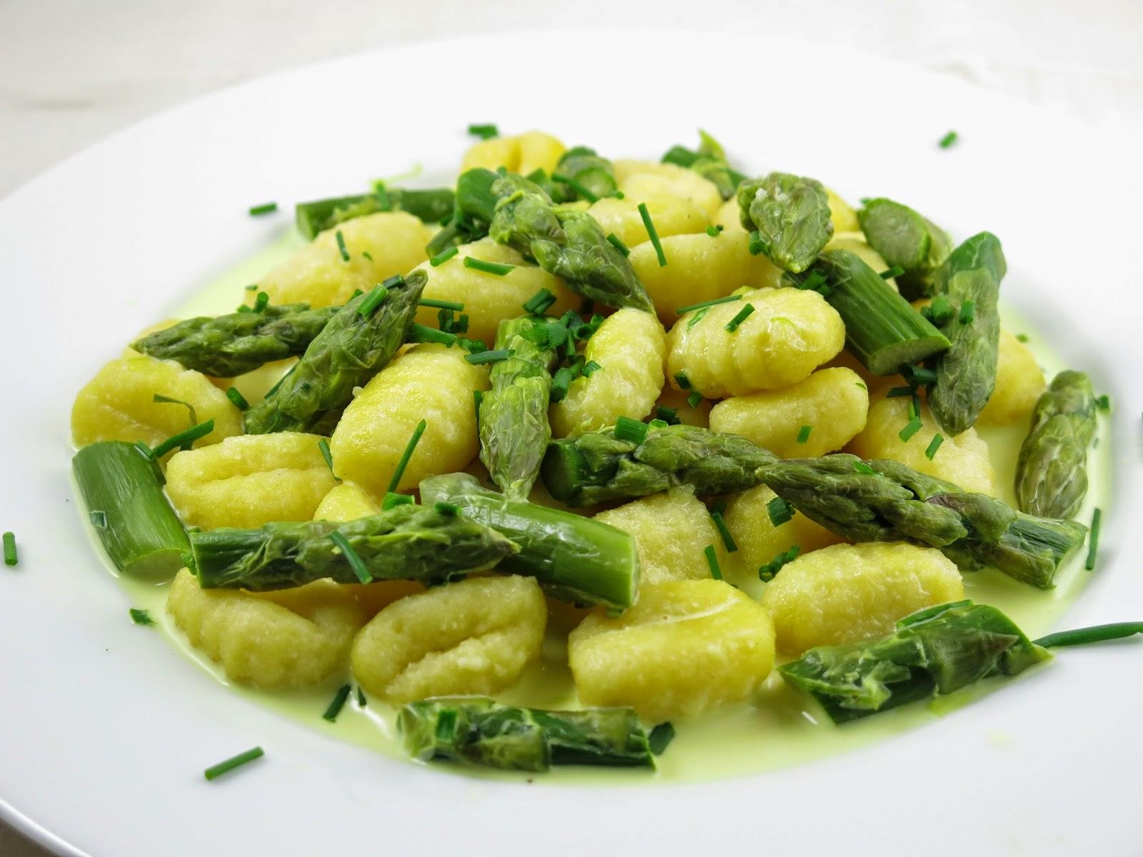 http://carrotcake.fr/fr/recipes/gnocchis-de-pomme-de-terre-aux-asperges