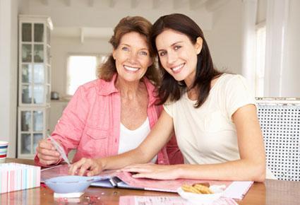 mother-and-daughter-طرق رائعة للأحتفال مع امك بعيد الام