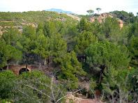 Primeres vistes de les instal·lacions i de la xemeneia de la mina de plom