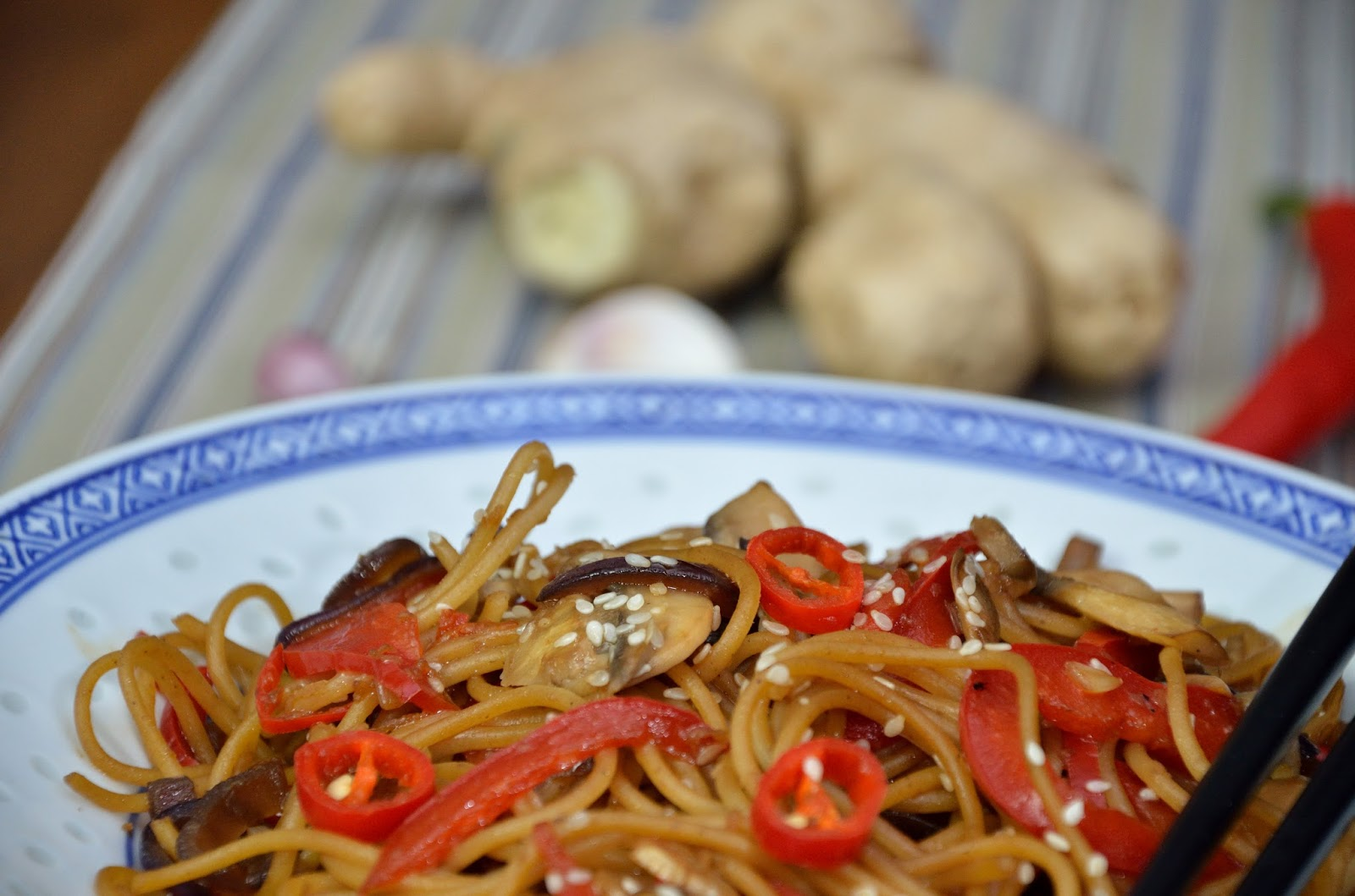 Makaron smażony z warzywami i sosem sojowym