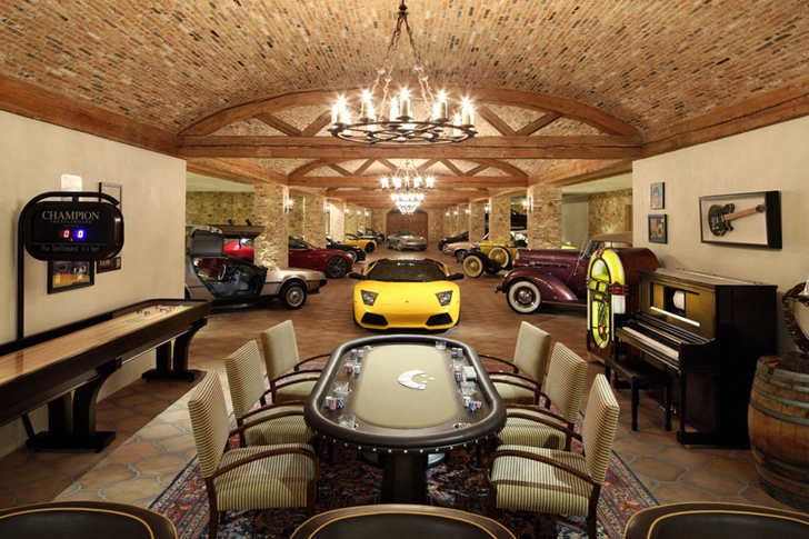Expensive cars in Luxury Villa Del Lago