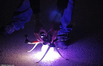 Um enxame de quadricópteros sincronizados toma os céus da Áustria Article-2198582-14D87BD7000005DC-221_964x618