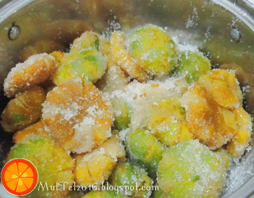 Ướp đều quất với đường và mật ong trong 1 cái nồi, để ngâm khoảng 30 phút. Phần nước quất ép ra ở bước 3 thì đem lọc bỏ hạt, lấy phần nước quất đổ vào nồi quất.