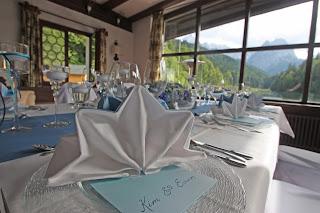 Tischdekoration für eine Hochzeit in Blautönen